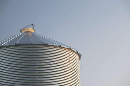 low angle views: Alberta, Canad�; bin de grano de metal