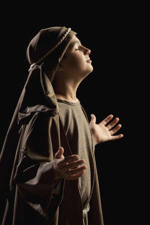 ni�os actuando: ni�o que representa a una joven jesus