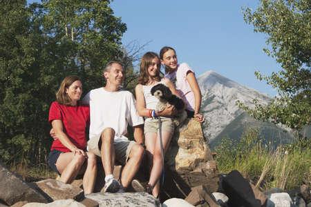 País de Kananaskis, alberta, Canadá; una familia sentado sobre las rocas en las montañas con su perro  Foto de archivo - 7191254