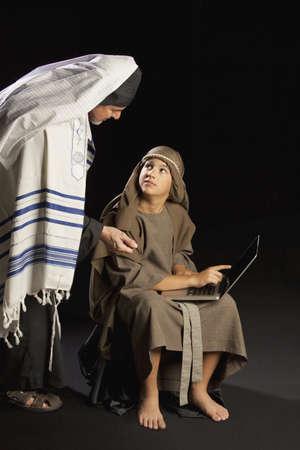 ni�os actuando: jesus j�venes y un alto sacerdote