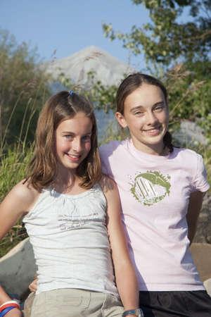 カナナスキス国、アルバータ州、カナダ;山で一緒に 2 人の女の子 写真素材 - 7190546