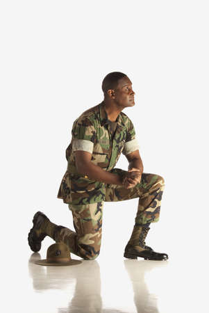 inginocchiarsi: Fort Lauderdale, Florida, Stati Uniti d'America, un militare in ginocchio Archivio Fotografico