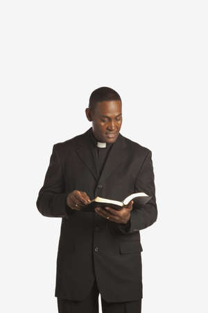 klerus: ein Mann tr�gt einen klerikal-Kragen und Lesen aus seiner Bibel