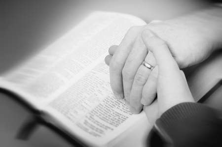 read bible: Praying the promises of God Stock Photo