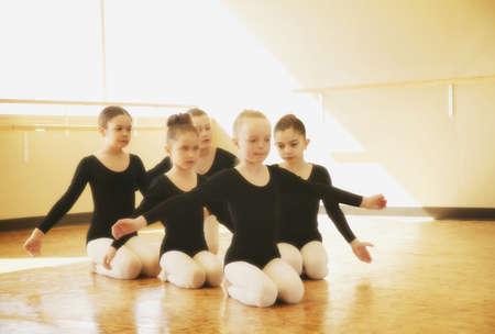 ballet ni�as: Las muchachas j�venes practican la rutina de baile Foto de archivo