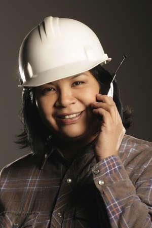 aboriginal: Trabajador de sitio mujeres abor�genes en tel�fono m�vil