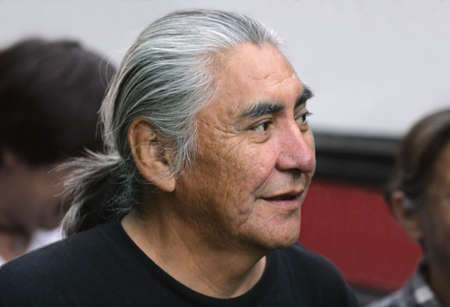 長い灰色の髪を持つシニア男 写真素材