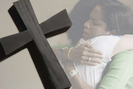 apoyo familiar: Las mujeres abrazando, cruzar