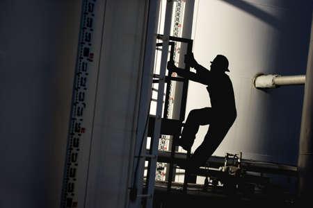oil worker: Un trabajo industrial