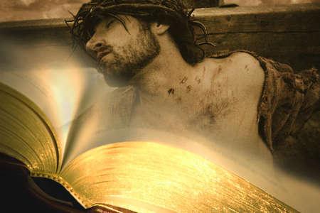 �pines: Bible avec J�sus en croix en arri�re-plan