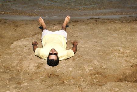 ビーチの上に敷設男 写真素材