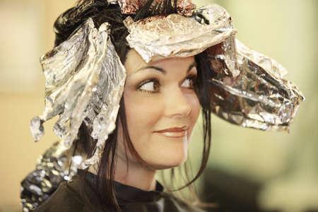 foil: Donna con i capelli tinti  Archivio Fotografico