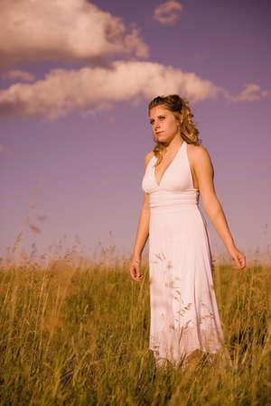 Vrouw staande in een veld