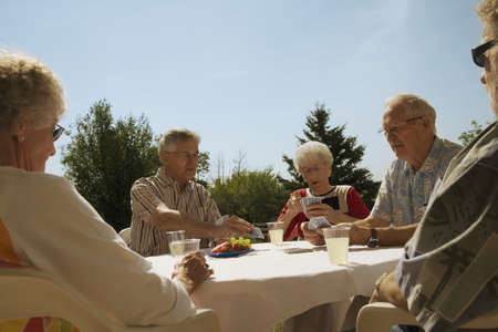 socializando: Personas jugando cartas  Foto de archivo