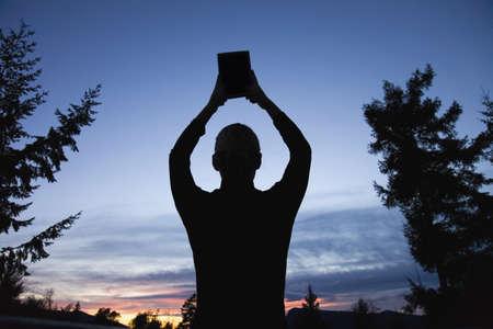 sean: Silhouette di una Bibbia sollevata al cielo