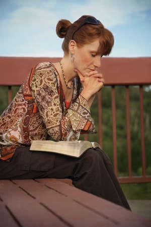 mujeres orando: Mujer rezando