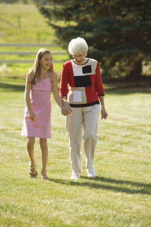 祖母と孫娘手を繋いでいます。