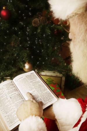 historias biblicas: Santa leyendo la Biblia  Foto de archivo
