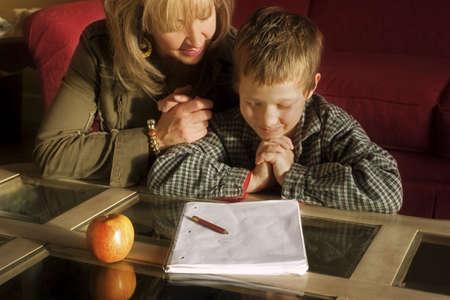 Moeder en zoon samen bidden