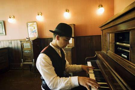 joueur de piano: Homme jouant piano vintage