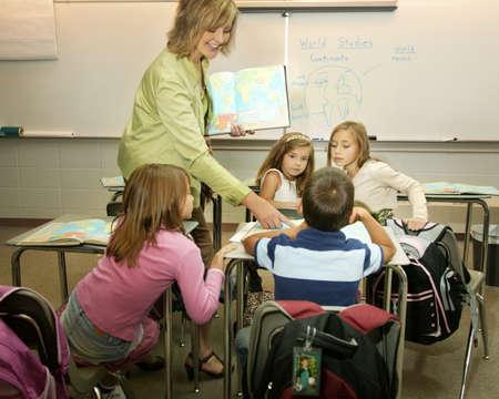 enseignants: Enseignant en disant dans une salle de classe.