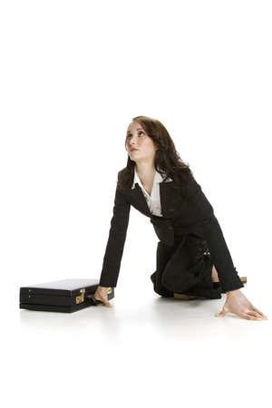 mujer arrodillada: Empresaria en el piso  Foto de archivo
