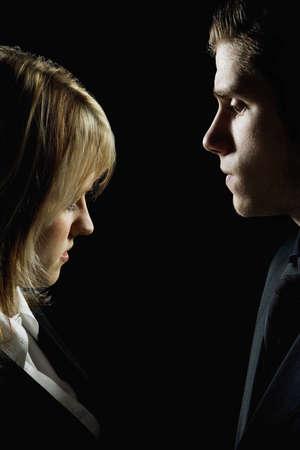 personas discutiendo: Perfil de lado de una pareja mirando graves  Foto de archivo