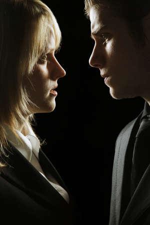 angry couple: Perfil de lado en una pareja mirando graves  Foto de archivo