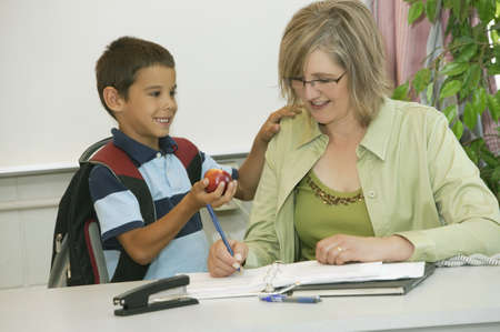escuela primaria: Profesor y su estudiante