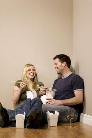 pareja comiendo: Pareja comiendo en el piso