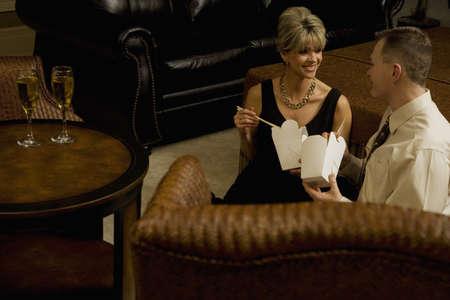 pareja comiendo: Pareja comiendo saque en la sala de estar