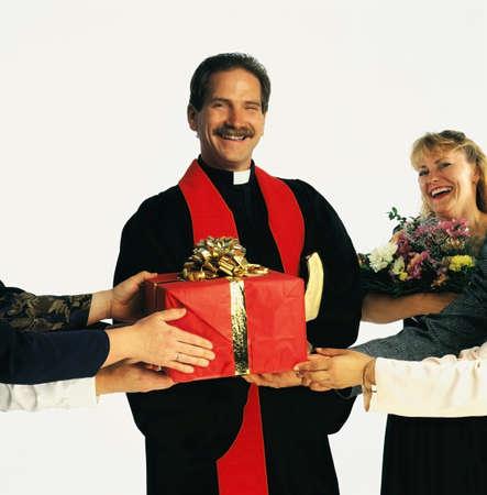 belief systems: Sacerdote di ricevere regali