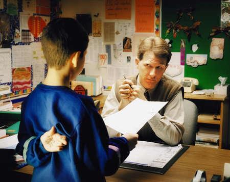 Leraar in gesprek met de student
