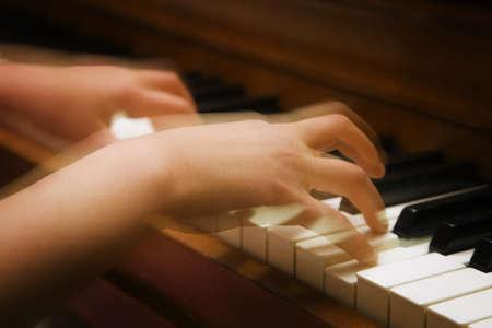 Een persoon te spelen van de piano Stockfoto