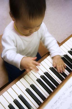 enfant qui joue: Un enfant joue du piano.  Banque d'images