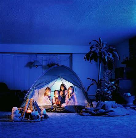 taschenlampe: Kinder, die Fackeln in einem Zelt zu halten  Lizenzfreie Bilder