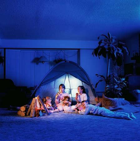 거실의 텐트 아래서 노는 아이들 스톡 콘텐츠