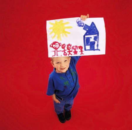 ハイアングルビュー: カメラで彼の絵画を示す少年の高角度のビュー