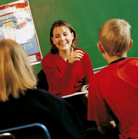 Un profesor con estudiantes en un sal�n de clases  Foto de archivo - 7200829