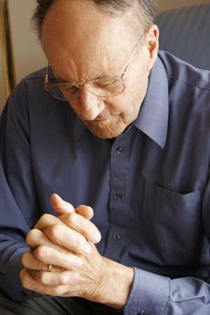 belief systems: Uomo anziano pregando  Archivio Fotografico