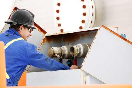 yacimiento petrolero: Hombre trabajando en campos petroleros maquinaria