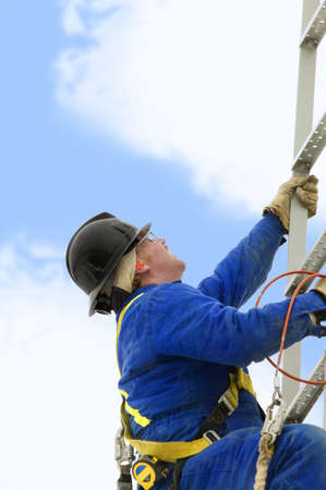 yacimiento petrolero: Trabajador de la industria subir una escalera  Foto de archivo