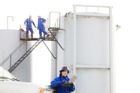 yacimiento petrolero: Trabajadores industriales en un yacimiento petrol�fero