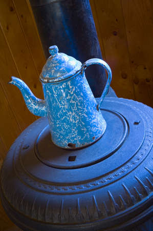 poele bois: Ancien pot de caf� sur le po�le � bois ventre pot