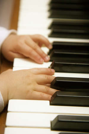 tocando piano: Hijo de manos tocando piano