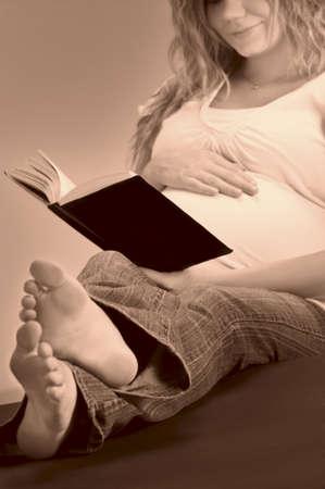twentysomething: Una donna incinta di lettura della Bibbia