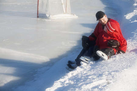 hokej na lodzie: Hokej na lodzie gracze siedzÄ…cy na Å›niegu