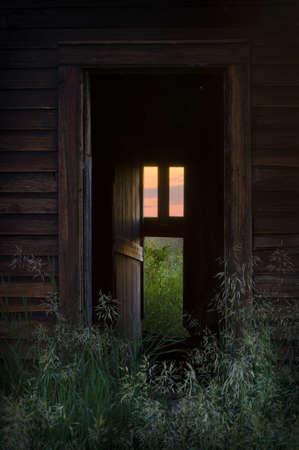 invitando: Puerta a una casa abandonada con luz c�lida de ventana de invitar a