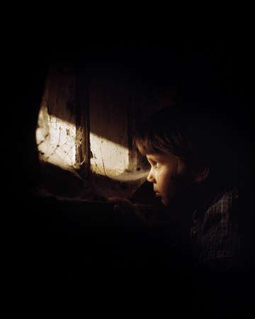 detained: Ni�a mirando por la ventana y llanto