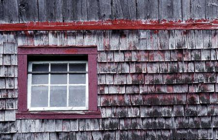cedar shakes: Ventana antiguo granero  Foto de archivo